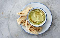 Deze gezonde kikkererwtenpasta is overgewaaid uit de Midden-Oosterse keuken. Met wat falafel op een pitabroodje of als dip voor rauwe groenten, won het enorm aan populariteit (en in de meeste supermarkten vind je tegenwoordig hummus). Hartstikke lekker natuurlijk, maar je kan het ook zelf maken! Hieronder vind je 7 hummus recepten. Natuurlijk de klassieke hummus, maar je varieert er makkelijk mee door bijvoorbeeld avocado of bieten toe te voegen. Geeft ook nog een kek kleurtje!  Waarom is…