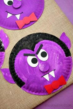 Check out this paper plate Dracula! Would make a fun art project for a Halloween gathering and great inspiration for some spooky October writing! (Halloween Art For Toddlers) Halloween Kita, Theme Halloween, Halloween Arts And Crafts, Halloween Crafts For Kids, Diy Halloween, Halloween Art Projects, Halloween Decorations, Moldes Halloween, Manualidades Halloween