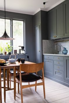 Hela köket är målat i Alcros serie Ad grey. En ljusare och en mörkare ton. Snyggt och stilrent, och passar fint till de bruna teakmöblerna. Köket är platsbyggt av finsnickare. Bänkskiva av marmor. Tekanna och muggar gjorda av en konstnärskompis.