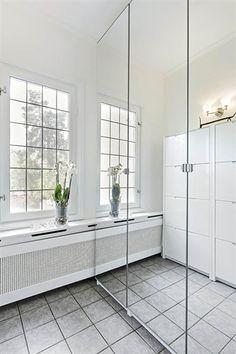 vackert fönster och ytterkläder gömda i spegelgarderober