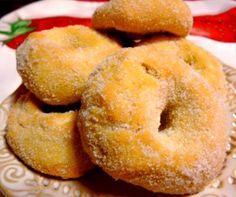Ya que estos roscos sólo precisan tres ingredientes, elijámoslos de calidad. A diferencia de otras recetas de roscos, éstos no van fritos sino al horno. So Beignets, Donut Recipes, Recipe For 4, Cake Tutorial, Sweet Desserts, Doughnuts, Bagel, Cupcake Cakes, Gingerbread