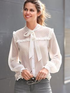 Blusa tejido plumetis semitransparente con lazada