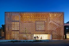 Built by Shigeru Ban Architects in Aspen, United States with date Images by Derek Skalko. Located on the corner of South Spring Street and East Hyman Avenue in Aspen's downtown core, the new AAM is Shigeru B. Architecture Du Japon, Museum Architecture, Wood Architecture, Temporary Architecture, Beautiful Architecture, Shigeru Ban, Design Museum, Art Museum, Exhibit Design