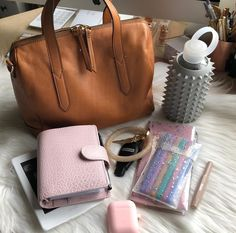 The bag thoooo - What In My Bag, What's In Your Bag, Types Of Handbags, Purses And Handbags, Inside My Bag, What's In My Purse, Purse Essentials, Work Bags, Purse Organization