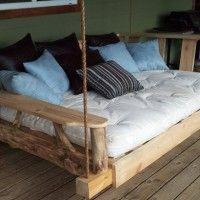 Bed van sloophout aan touwen.
