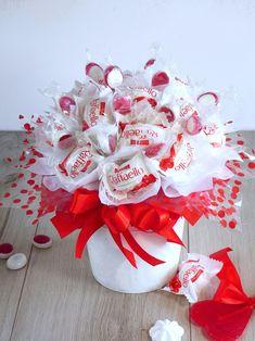 Słodki Bukiet - Idealny Prezent #prezent Candy Bouquet Diy, Valentine Bouquet, Diy Bouquet, Valentine Gifts, Christmas Gift Baskets, Christmas Wreaths, Christmas Gifts, Creative Gift Baskets, Creative Gifts