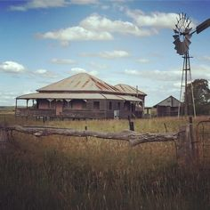 Abandoned Queenslander in a place called Back Plains not far from Killarney in southern Queensland. Source by cazken we hate news more than you do. Abandoned Farm Houses, Old Farm Houses, Abandoned Places, Brisbane, Melbourne, Queenslander House, Australia Landscape, Australia Tourism, Airlie Beach