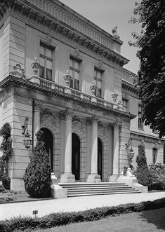 The Elms Mansion in Newport, Rhode Island. Completed in Owned by Edward J. Facade Design, Exterior Design, House Design, Neoclassical Architecture, Historical Architecture, Townhouse Exterior, Newport Rhode Island, English House, Mansions Homes