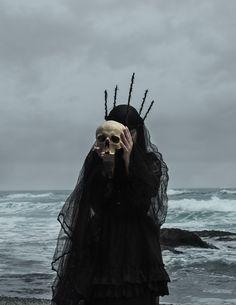 American Ghoul est fasciné par la mythologie occulte et le surnaturel. Une collection magnifique et obsédante d'images qui dépeignent des rituels sombres. Résolument, l'américain bouscule les symboliques dans une monstruosité terriblement accrocheuse.