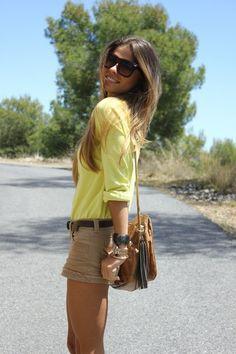 Jessie, bloggera española, ya ha demostrado en otros looks que le encanta el amarillo, en este caso combinando un jersey de amarillo soft con shorts de tonos tierra. Un combinación de colores sutil y muy acertada. Pero recuerda que para lucir esta combinación nada como tener también su bronceado!