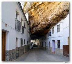 Foto Kota dibawah Batu Besar