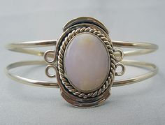 This beautiful Peru White Agate Bracelet is adjustable, and will feet any size of wrist.