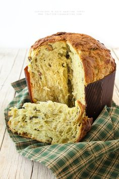 Panettone with pistacchio and white chocolate chips Wine Recipes, Dessert Recipes, Cooking Recipes, Italian Desserts, Italian Recipes, Bread Cake, Pastry Cake, Sweet Bread, Christmas Baking