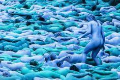 """Blau in Blau: Massenweise Menschen haben sich für den US-Fotografen Spencer Tunick ausgezogen. Mit seiner Installation """"Sea of Hull"""" feiern sie im englischen Kingston upon Hull die Lage der Stadt am Wasser."""