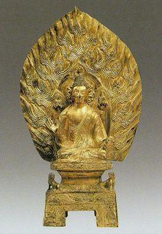 北魏迁都前的佛像样式 遷都前的佛像一般多保留著較濃厚的西域和涼州地區佛像樣式的影響,而涼州地區的佛像也是融合了印度西二北犍陀羅主任地區和印度本土馬土拉(秣菟羅)的各種因素,並主要是接受了新疆於闐和龜茲兩大系統的佛像樣式而形成的。 ①佛像為磨光式肉髻或分為數綹式,還有一種變形的渦卷式水波紋式髮型是外來的佛發樣式,螺發肉髻(馬土拉系統)數量極少。 ②大衣是通肩式的或袒右肩式,衣紋結構仍多呈U形或V形,線條隆起,中刻一道陰線。 ③菩薩頭挽高髻,戴冠,束冠的繒帶向兩外飄出。上身袒,下著裙。肩搭帔帛,太和時代的帔帛從兩肩下垂於膝部然後上卷,以後又發展出帔帛交叉穿過一環。 ④早期飛天是穿裙露足的,以後變為長裙飄舞,包裹雙足不見。 ⑤單尊銅造像有大蓮瓣形光背,四足台座,四足面寬闊。