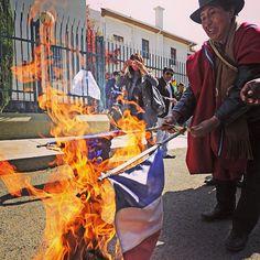 Un centenar de manifestantes civiles quemaron banderas de Francia en las inmediaciones de la sede extranjera por la restricción de vuelos al Presidente, Evo Morales tras el rumor de que iría por Snowden para darle asilo. Foto: AFP