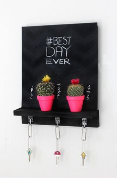 "DIY your own cute chalkboard key holder so you'll no longer have to ask ""where are my keys"" every morning. Diy Tableau Noir, Baby Dekor, I Spy Diy, Decoration Entree, Diy Simple, Decoration Originale, Cactus Decor, Diy Chalkboard, Diy Décoration"