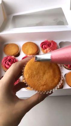 Cupcake Decorating Tips, Cake Decorating Frosting, Creative Cake Decorating, Cake Decorating Designs, Cake Decorating Techniques, Fun Baking Recipes, Cupcake Recipes, Dessert Recipes, Cupcake Cake Designs