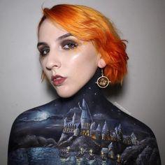 Se você se considera um grande fã de Harry Potter, espere até conhecer Georgina Ryland. A maquiadora australiana é especialista em pintura corporal e fez um desenho incrível em si mesma de Hogwarts, a escola retratada nos livros de J.K. Rowling.