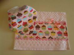 Kit Babador bandana e toalhinha Kit Patchwork, Bandanas, Baby E, Baby Needs, Baby Crafts, Baby Sewing, Burp Cloths, Baby Bibs, Baby Quilts