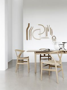 Wishbone Chair - The iconic Hans Wegner chair with a unique Scandinavian design Chair Design, Furniture Design, Wall Design, Table And Chairs, Dining Table, Wooden Chairs, Oak Table, Room Chairs, Comfortable Dining Chairs