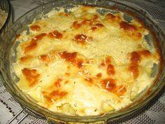 1 kg de batatas descascadas, cortadas em rodelas  - Creme:  - 1 creme de leite de caixinha  - 1/2 copo de requeijão cremoso  - 1/2 xícara de leite  - 50 g de bacon picado  - 1 colher (café) de sal  - 1 colher (chá) de orégano  - 3 colheres (sopa) de margarina  - 1/2 xícara (chá) de salsinha picada  - Cobertura:  - 100 g de mussarela  - Queijo ralado para polvilhar  -