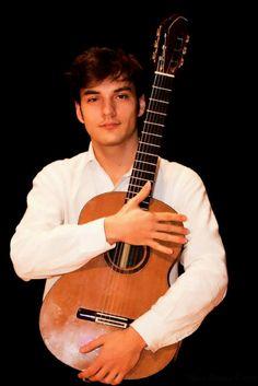 Radu VÂLCU | Chitarist | Muzica m-a disciplinat, fără să sufoce totuși firea zbuciumată cu care m-am născut