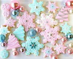 Pretty Christmas Party With Pastel Cookies And Cupcakes Cute Christmas Cookies, Noel Christmas, Pink Christmas, Christmas Goodies, Holiday Cookies, Christmas Desserts, Christmas Treats, Christmas Baking, Holiday Treats