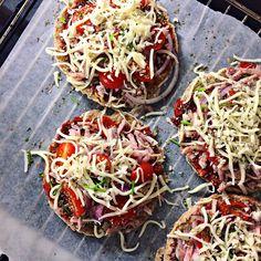 Sundere fastfood. Ja tak! Gider du heller ikke rigtig lave mad i aften? eller har du bare lyst til noget nemt og lækkert, som smager mere syndigt end det er? Dette er en lækker opskrift på sundere små pizzaer, som…