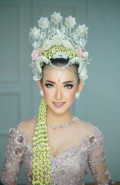 Javanese Wedding, Indonesian Wedding, Indonesian Kebaya, Wedding Makeup, Headpiece, Eyebrows, Eye Makeup, Beautiful Women, Women's Fashion