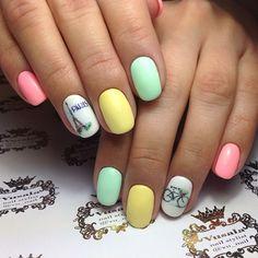 preciosos diseños de uñas en tendencia primavera 2018, colores pasteles con acabado mate y bonita decoración en el dedo anular