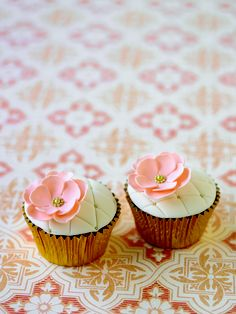 Quilted cupcakes with flower
