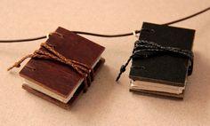 2 mini-livros e 1 colar Card Case, 1, Wallet, Mini, Mad Hatters, Cute Jewelry, Necklaces, Livros, Pocket Wallet