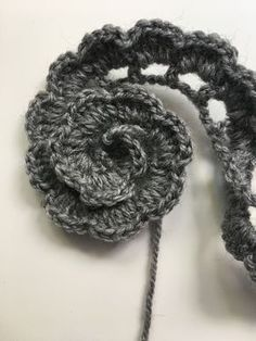 FLORES DE CROCHET Learn the fact (generic term) of how to needlecraft (generic term), starting at th Crochet Flower Tutorial, Crochet Flower Patterns, Crochet Flowers, Crochet Unique, Crochet Simple, Crochet Hair Accessories, Crochet Hair Styles, Crochet Stitches, Crochet Hooks