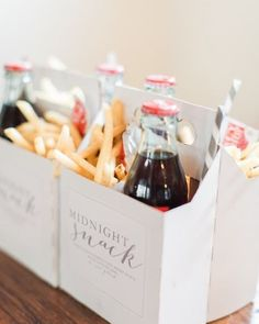 9 Wedding Favors Your Guests Will Actually Want to Grab - Jungesellenabschied, Jungesellinnennabschied, Jga - hochzeit Wedding Favors And Gifts, Wedding Snacks, Vintage Wedding Favors, Wedding Goody Bags, Personalised Wedding Favours, Wedding Guest Favors, Wedding Favours Quirky, Quirky Wedding Dress, Outdoor Wedding Favors