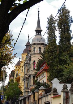 Old buildings in Brașov, Romania Unique Buildings, Old Buildings, Beautiful Places To Visit, Places To See, Romanian Castles, Milan Kundera, Brasov Romania, Little Paris, Holiday Places