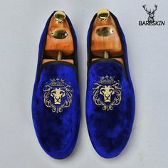 These velvet slipons from our festive collection by are perfect to leave an impression on everyone. Suit Shoes, Men S Shoes, Dress Shoes, Men Dress, Leather Fashion, Fashion Shoes, Mens Fashion, Tokyo Fashion, Asian Fashion