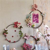 DIY wire wreaths - I feel like I could make something really neat with this as inspiration Deco Pastel, Crafts For Kids, Arts And Crafts, Diy Inspiration, Wire Wreath, Wire Crafts, Diy Projects To Try, Art Projects, Wire Art
