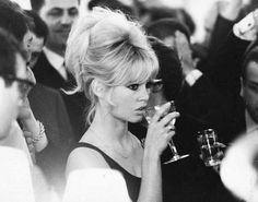 Brigitte Bardot con copa de vino