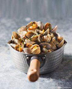 Recette de coques à la brûle-doigt. Shellfish Recipes, Seafood Recipes, Gourmet Recipes, Cooking Recipes, Food N, Food And Drink, Sea Food, Healthy Snacks, Healthy Recipes