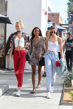 Taylor Hill Jasmine Tookes and Romee Strijd Model-Off-Duty Street Style Vs Models, Models Off Duty, Kendall Jenner, Taylor Hill Style, Modell Street-style, Fashion Models, Fashion Outfits, Victoria's Secret, Model Look