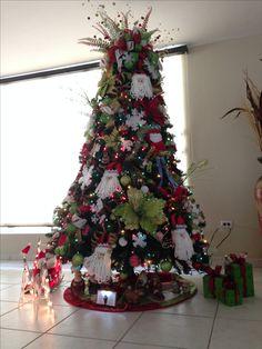 Santa Claus inspired Christmas Tree... I love this tree