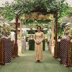 Instagram media azkaanggunart - #ririsyunus Venue : @kcjakarta Tema : Jawa Garden Pelaminan : @gebyok Tone Bunga : putih-kuning #azkaanggunart #decorationplanner Thanks @ririshr @ynsaditya ..... azka anggun art .....
