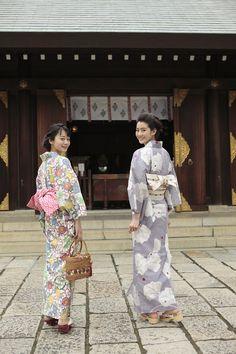 カラフルなクラシックモチーフが旬! Yukata Kimono, Kimono Japan, Traditional Japanese Kimono, Traditional Dresses, Kimono Fashion, Fashion Outfits, Japanese Outfits, Japanese Street Fashion, Japanese Beauty