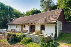 Chalupa zrekonstruovaná Zlatou Bártovou: Podél stavení směrem do zahrady vznikla terasa z posbíraných kamenů ze zahrady.