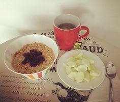 #healthybreakfast: plato de granola de la nueva presentación de @nestle.oficial #MielAvenaYMás en leche de avena con #Chía y #Arándanos, porción de manzana verde sin cáscara y te verde con #Jazmín de @tehindu con manzanilla. #FelizSábado! Chia, Granola, Tableware, Health, Oatmeal, Milk, Plate, Dinnerware, Salud