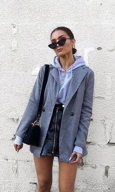 8776793474 blazer cinza listrado + moletom cinza + saia preta de couro #fashion