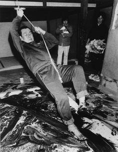白髪一雄 – Swinging from a rope suspended from his studio roof, Japanese art… 白髪一雄 – Swinging from a rope suspended from his studio roof, Japanese artist Kazuo Shiraga used his feet to smear oil paint dramatically across a canvas. Hyogo, Jackson Pollock, Artist Art, Artist At Work, Kazuo Shiraga, Fluxus, Japanese Modern, Action Painting, Process Art