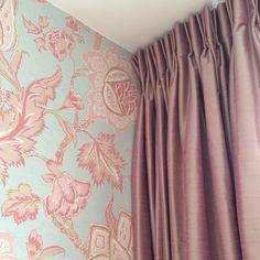 Oud roze kunstzijde. Mooi match met het behang Caravan, Curtains, Decoration, Home Decor, Atelier, Decor, Blinds, Decoration Home, Room Decor