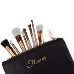 Original Flow Makeup Pinsel Set 8 Teile nude Gold inkl. Etui. Qualität Makeup Tools von FLOW. Hier ohne Versandkosten kaufen. Makeup, Flow, Brushes, Make Up, Makeup Application, Beauty Makeup, Diy Makeup, Maquiagem